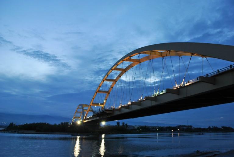 Jembatan Ponulele dari arah Taman Ria